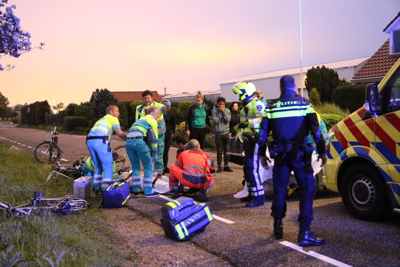 Een automobilist reed in op twee fietsers aan de Broekpolderlaan in Honselersdijk en liet een van hen zwaargewond achter.