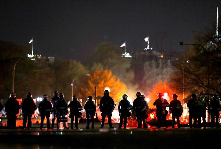 De politie moet enkele keren uitrukken om demonstrerende groepen uit elkaar te houden. Beeld AFP
