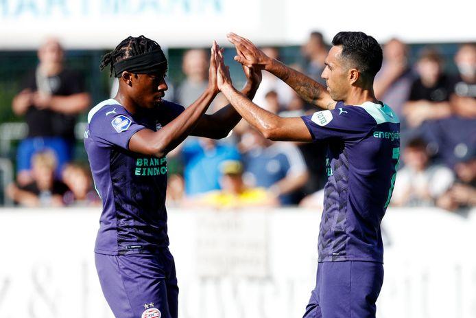 Noni Madueke en Eran Zahavi vieren een goal van PSV.