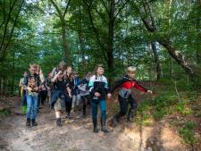 Deze kinderen hadden geluk, want ze mochten met boswachter Henk mee op nachtsafari
