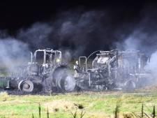 Tractor met persmachine gaat in vlammen op bij IJzendijke