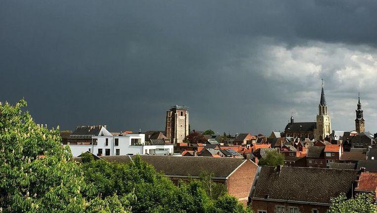 De lucht boven Sint-Truiden kleurt helemaal grijs. Beeld Instagram fieropsinttruiden