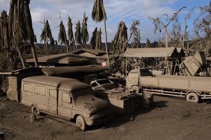 Vulkaan Taal heeft grote schade aan gebouwen en voertuigen aangericht.