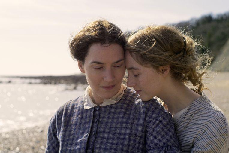 De emotioneel geremde Mary (Kate Winslet) en Charlotte (Saoirse Ronan) worstelen met onderdrukte verlangens voor elkaar.  Beeld
