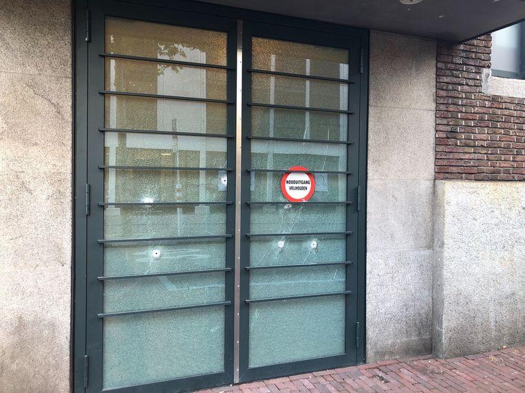 In een magazijndeur werden kogelgaten aantroffen. Beeld Het Parool