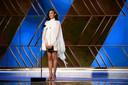 L'actrice Gal Gadot a remis le prix du meilleur film dans une robe blanche aérienne.