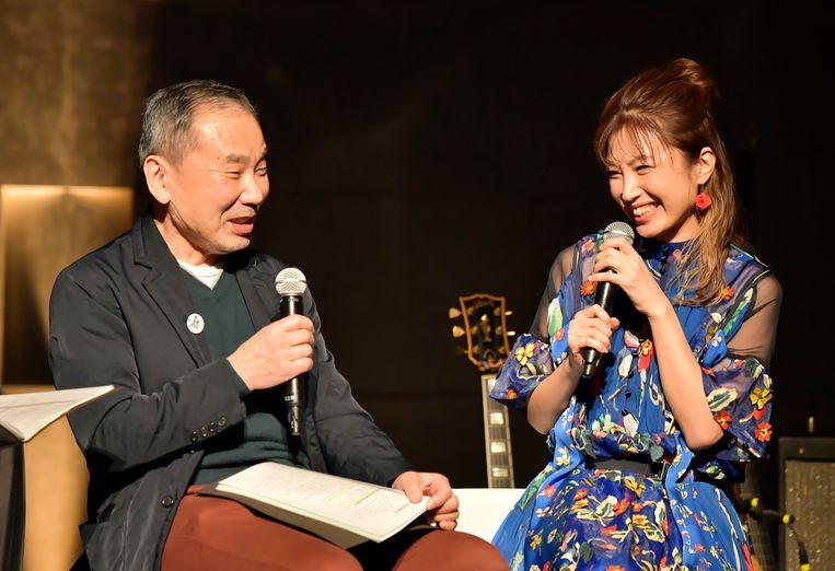 Haruki Murakami in gesprek met gitarist Kaori Muraji tijdens een programma op Tokyo FM, vorige maand. Beeld AP