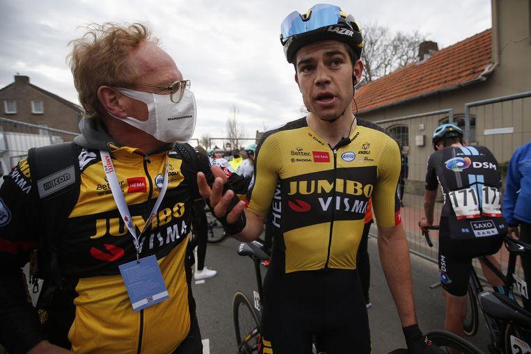 Wout van Aert en zijn verzorger zijn niet zeker van de uitslag. Beeld Photo News