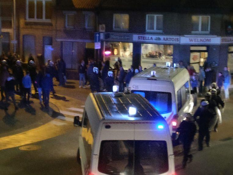De federale politie kwam massaal ter plaatse om de kemphanen te scheiden bij de vechtpartij aan café Welkom.