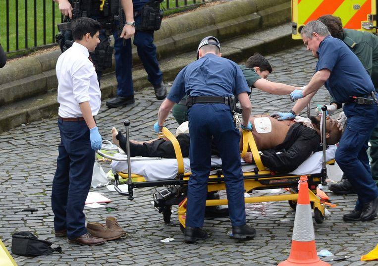 Een gewonde wordt weggebracht bij het parlement in Londen. Beeld AP