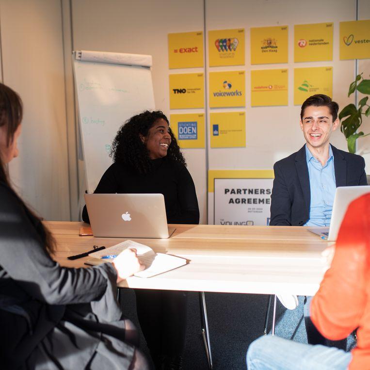 Jongeren leren in een cursus van tien weken de basisvaardigheden van onlinemarketing. Beeld Sabine van Wechem
