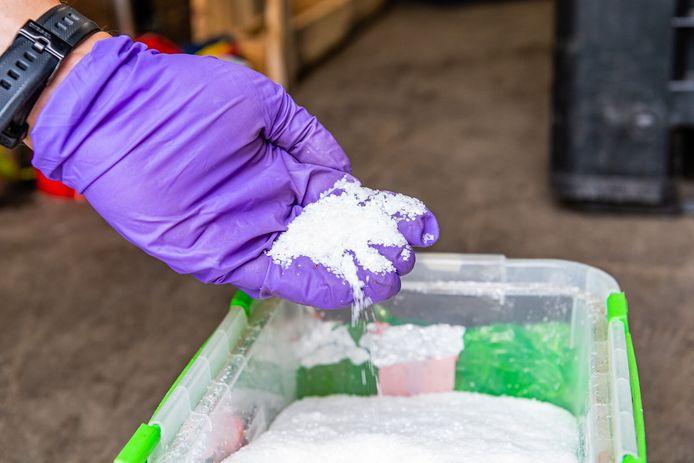 Een agent dacht meteen aan amfetamine (speed) en arresteerde de Schijndelaar. De verdachte gaf toe dat er harddrugs in het zakje zaten.