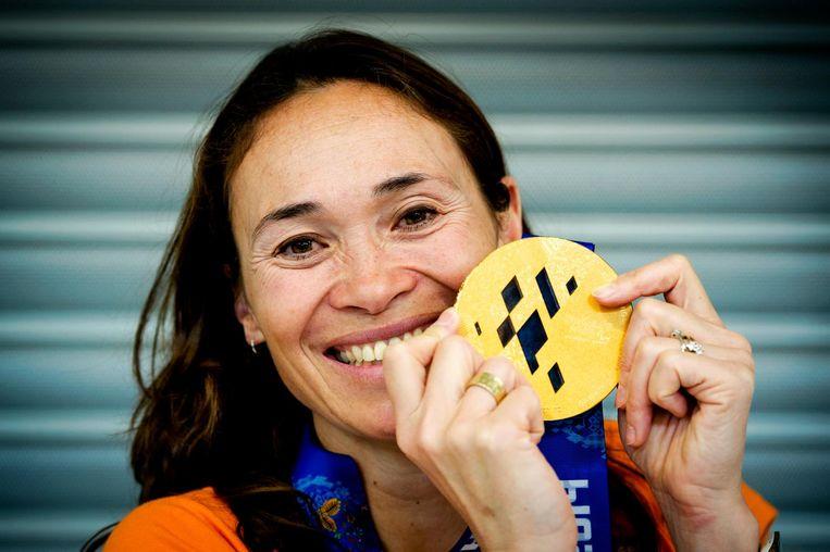 Bibian Mentel toont haar gouden medaille, gewonnen bij de Paralympische Spelen in Sotsji. Beeld anp
