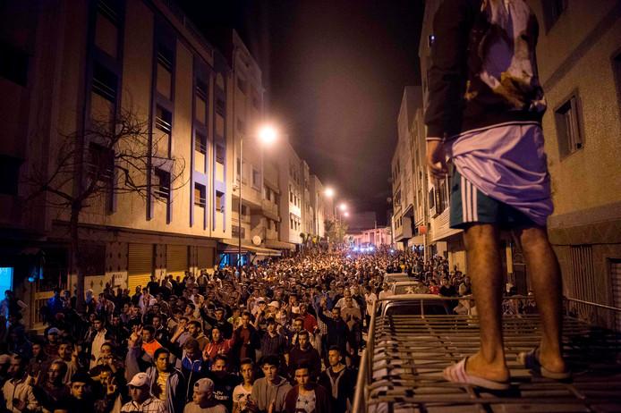 Honderden betogers gingen gisteren voor de derde achtereenvolgende avond de straat op in Al Hoceima om te demonstreren tegen corruptie, onderdrukking en werkloosheid.
