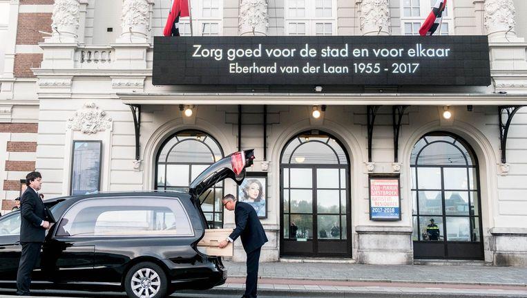 De kist van Van der Laan bij aankomst bij het Concertgebouw. Beeld Joris van Gennip