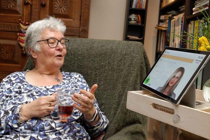 Avatar Anne (rechts) van het bedrijf Virtask in gebruik door ouderen.