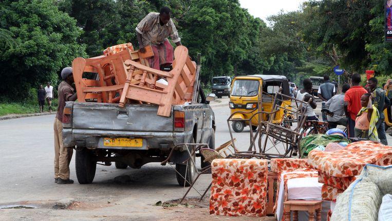 Burundezen ontvluchten de hoofdstad Bujumbura uit angst voor een escalatie van het geweld. Beeld AP