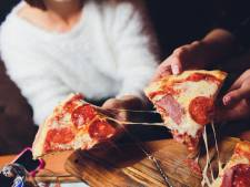 Stukjes pizza over? Dit is de beste manier om ze op te warmen