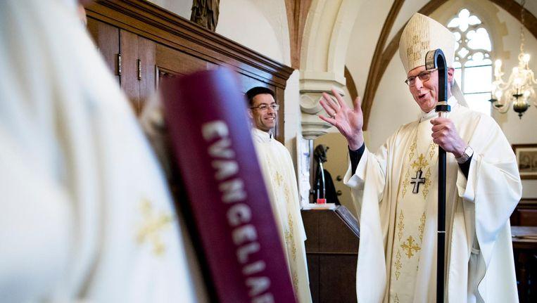 Ontspanning voor aanvang van de mis in de Sint-Janskathedraal, met rechts bisschop Gerard de Korte. Beeld Freek van den Bergh / de Volkskrant