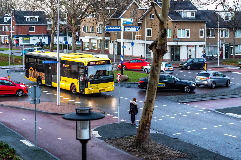 De verkeerschaos bij de rotonde op het kruispunt van de 't Goylaan, Constant Erzeijstraat en Hooft Graaflandstraat.
