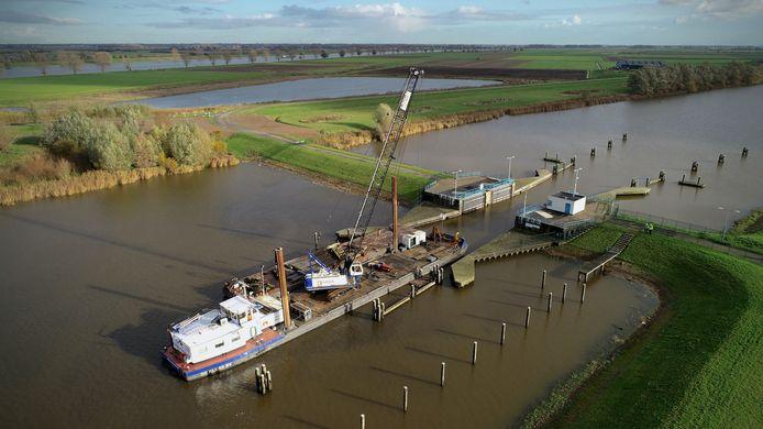 Vanaf schepen en pontons wordt het werk uitgevoerd