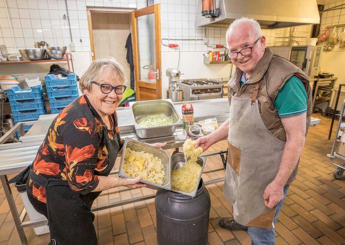 Coby en Bert Sandee met hun zelfgemaakte zuurkool.