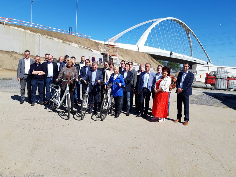 De brug werd maandag officieel in gebruik genomen in aanwezigheid van onder meer de Laakdalse burgemeester Tine Gielis (CD&V) en Geelse burgemeester Vera Celis (N-VA).