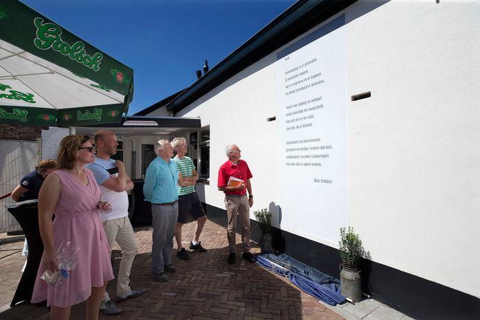 Onthulling muurgedicht in binnenstad Groenlo. Naast de dichter Dick Schluter (rechts) links wethouder Marieke Frank (links)ook de drie initiatiefnemers Rik Gockel (2e van links), Mark Ebbers(4e van links) en Ferry Broshuis (3e van links).