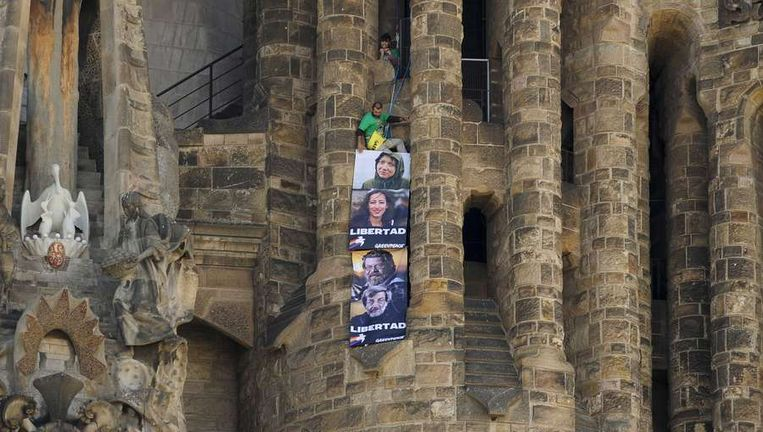 Greenpeace-activisten op de Sagrada Familia. Beeld afp