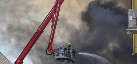 Uitslaande brand bij meubelmakerij in Gaanderen onder controle: 'Er viel een brokstuk hier op de weg, midden in de woonwijk'