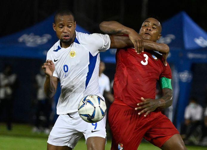 NEC-spits Rangela Janga vecht voor de nationale ploeg van Curaçao een verbeten duel uit met Panama's Harold Cummins (r).