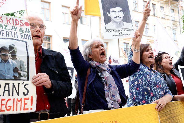 Iraniërs demonstreren buiten het gerechtsgebouw. Zij eisen de doodstraf voor Noury. Beeld EPA