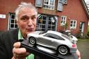 Piet Oldenhof met een schaalmodel van een Porsche 911, waarvan hij er drie jaar geleden 19 op Marktplaats te koop aanbood.