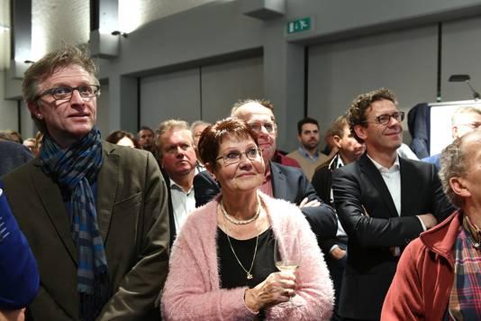 Voorzichtige vreugde bij Dorpsbelangen (links) als de uitslagen doorkomen. Rechts Lourens van Bruchem van de SGP.