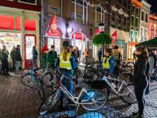 Chaos in Utrechtse supermarkt na sluiting kroegen, gejuich als er weer een krat achterop een bagagedrager wordt gezet