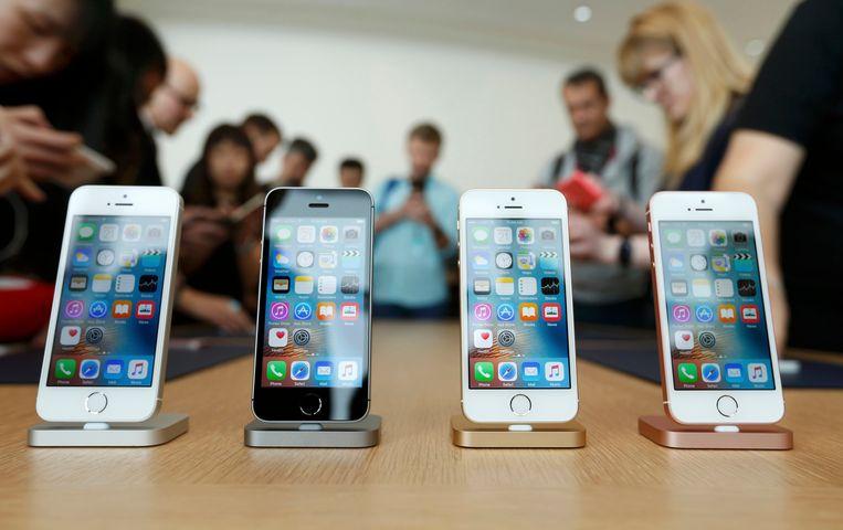 Apple verkoopt een iPhone SE –niet met korting, wel met een cadeaubon. Beeld REUTERS