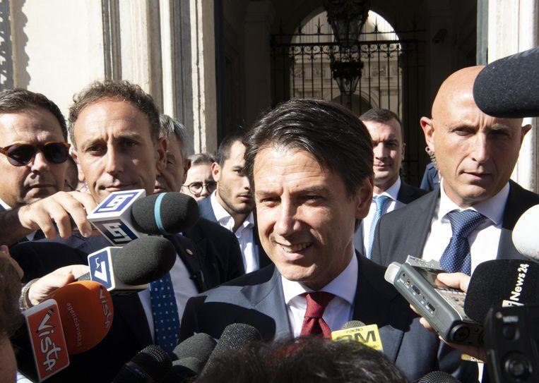 De Italiaanse overheidsschulden zullen de volgende drie jaar versneld worden afgebouwd. Dat beloofde de Italiaanse premier Giuseppe Conte (midden).