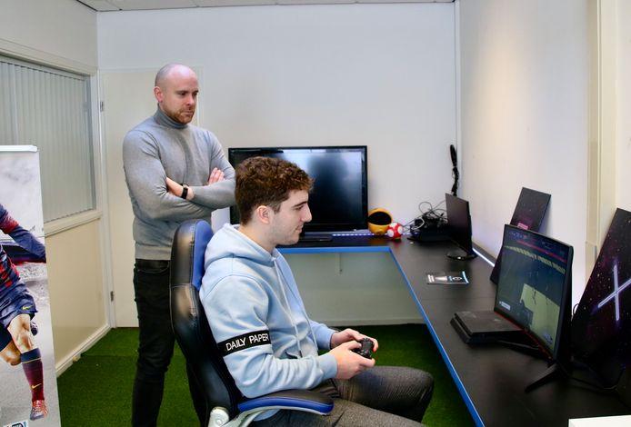 Dave Ansems (34) kijkt hoe Jordy Waelbers (20) FIFA2021 speelt op het kantoor van Pro Players.