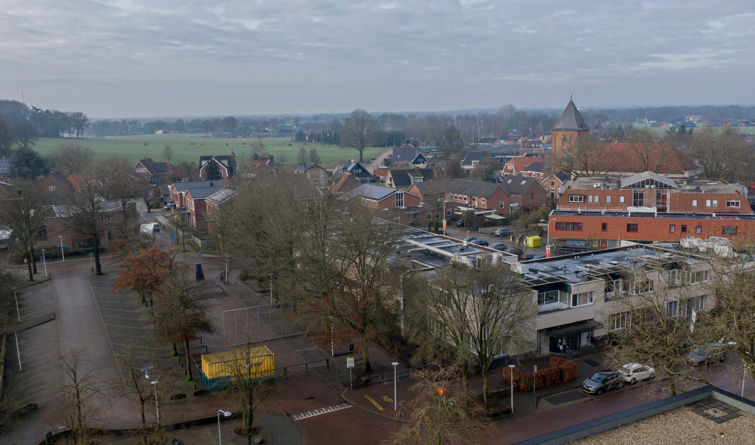 Het Beaufortplein in Markelo met rechts het voormalige Countuspand dat wordt gesloopt en plaats maakt voor 26 appartementen waarvan er vijf voor starters op de woningmarkt zijn bedoeld.