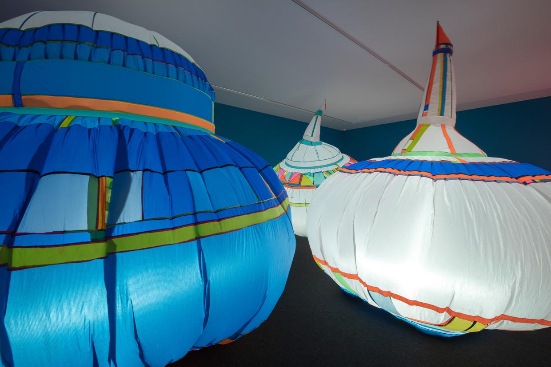 Tijdens de Kinderbiënnale in het Groninger Museum is het werk Being Here door Wies Noest te ervaren.