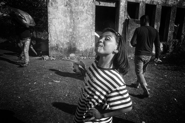 Een meisje toont trots haar Suikerfeesttrofee: een banaan. Beeld Eddy van wessel