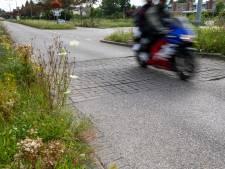 Gevaarlijke hobbels in wegdek van Zwaluwlaan in Schiedam-Noord worden aangepakt