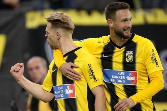 Max Clark en Tim Matavs tijdens Vitesse-FC Utrecht.