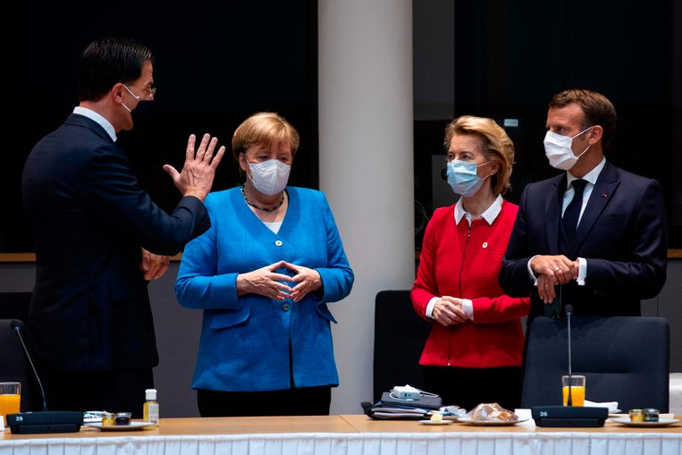 Demissionair premier Mark Rutte (links), de Duitse bondskanselier Angela Merkel, Commissievoorzitter Ursula von der Leyen en de Franse president Emmanuel Macron (rechts).  Beeld AFP