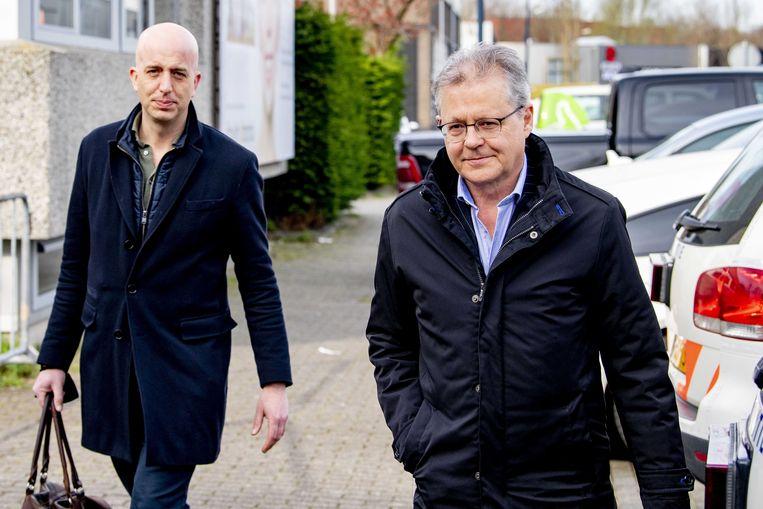 Advocaat Nico Meijering (rechts), die Mohamed R. vertegenwoordigt in het Marengo-proces, arriveert bij de extra beveiligde gerechtsbunker in Amsterdam-Osdorp – waar het proces plaatsvindt. Beeld ANP