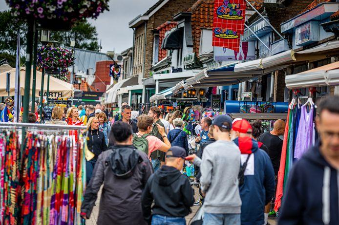 In het Nederlandse straatbeeld zijn nog maar weinig mondkapjes te zien.