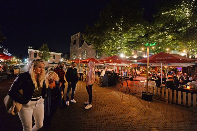 Uitgaan op de Oude Markt in Enschede. Horeca-ondernemers moeten straks op het terras om de vaccinatiepas gaan vragen.