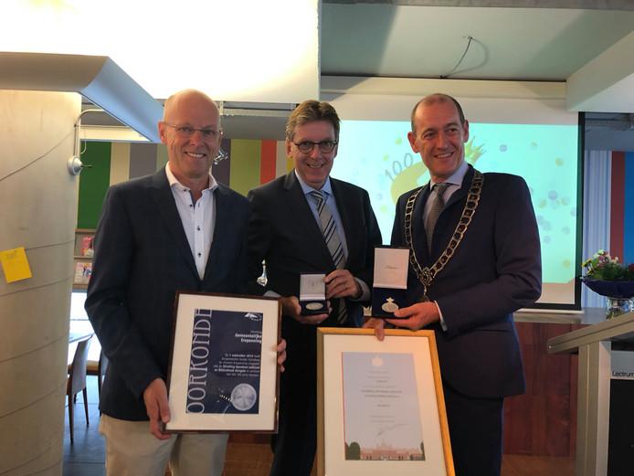Koninklijke Erepenning voor de Bibliotheek Hengelo. Vlnr Wethouder Bas van Wakeren, René Siteur (directeur bibliotheek) en burgemeester Sander Schelberg.