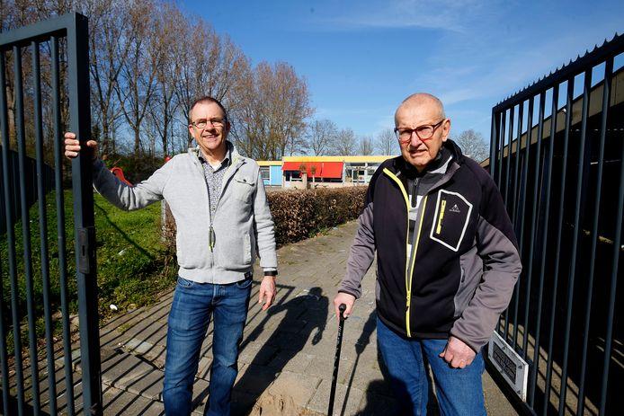 Piet Beumer (r) en Arjan Moggré bij de mogelijke locatie voor de toekomstige Knarrenhof aan de Parallelweg in Leerdam.