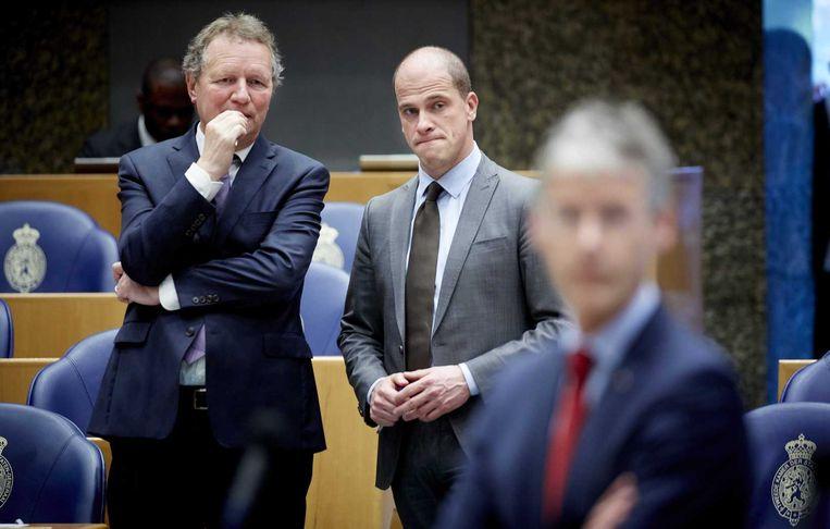 Bram van Ojik en PvdA-leider Diederik Samsom in de Tweede Kamer. Beeld anp